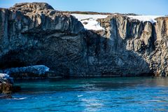 Kolumnowa bazaltowa formacja nad turkus wod? zdjęcia royalty free