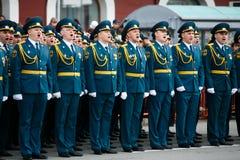 Kolumny ?o?nierze Rosyjski wojsko przy zwyci?stwem Paraduj? zdjęcie royalty free