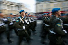 Kolumny ?o?nierze Rosyjski wojsko przy zwyci?stwem Paraduj? zdjęcie stock