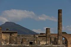 Kolumny od wykopywanego forum Pompeii z górą Vesuvius obrazy royalty free