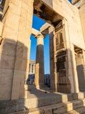 Kolumny Propylaea bramy wejście akropol, Ateny, Grecja przeciw niebieskiemu niebu zdjęcia stock