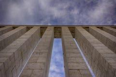Kolumny przeciw niebu Zdjęcie Royalty Free