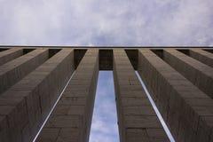 Kolumny przeciw niebu Obraz Royalty Free