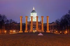 Kolumny przed uniwersytetem Missouri budynek w Kolumbia obraz royalty free