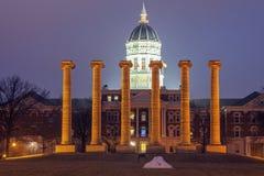 Kolumny przed uniwersytetem Missouri budynek w Kolumbia obrazy royalty free