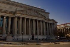Kolumny przy frontowym wejściem krajowy archiwum budynek zdjęcia royalty free