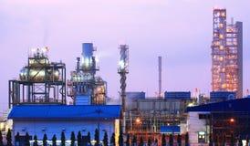 Kolumny wierza w zakład petrochemiczny przy zmierzchem Obrazy Royalty Free
