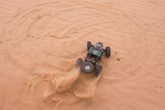 Kolyazin, Moskau-Region/Russische Föderation - 1. Mai 2014: RC-Auto crowler Vaterra-Zwillings-Hämmer, die durch den Sand fahren lizenzfreie stockfotografie