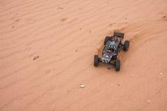 Kolyazin, Moskau-Region/Russische Föderation - 1. Mai 2014: RC-Auto crowler Vaterra-Zwillings-Hämmer, die durch den Sand fahren lizenzfreie stockfotos