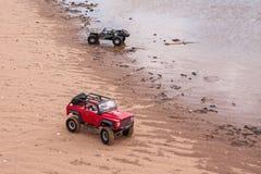 Kolyazin, Moskau-Region/Russische Föderation - 1. Mai 2014: RC-Autotrophäe crowler Jeep-und Vaterra-Zwillings-Hammerbewegungen lizenzfreies stockbild