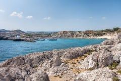 Kolymbia strand med den steniga kusten Royaltyfri Bild