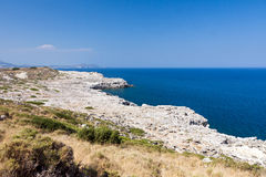 Kolymbia strand med den steniga kusten i Grekland Royaltyfri Foto