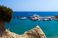Kolymbia strand med den steniga kusten i Grekland Arkivfoto