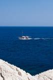 Kolymbia strand med den steniga kusten i Grekland Arkivfoton