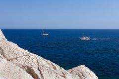 Kolymbia strand med den steniga kusten i Grekland Fotografering för Bildbyråer