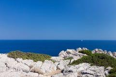 Kolymbia strand med den steniga kusten i Grekland Arkivbilder