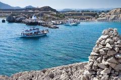 Kolymbia strand med den steniga kusten med fartyget Arkivfoto