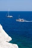 Kolymbia strand med den steniga kusten med fartyget Arkivbilder