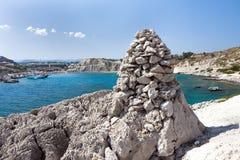 Kolymbia strand med den steniga kusten och stenen Arkivfoton