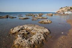 Kolymbia strand med den steniga kusten, Rhodes Royaltyfria Foton