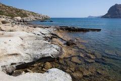 Kolymbia strand med den steniga kusten, Rhodes Arkivfoton