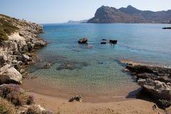Kolymbia strand med den steniga kusten, Rhodes Royaltyfri Fotografi