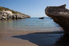 Kolymbia strand med den steniga kusten, Rhodes Royaltyfri Foto