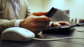 Komórka 46 Miękka ostrość ręka mężczyzna klika mysz guzika i numpad kalkulujemy na klawiaturze i pisać na maszynie wiadomości wew zdjęcie wideo