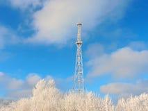 Komórki antena, nadajnik Telekomunikacyjny TV radia wiszącej ozdoby wierza przeciw niebieskiemu niebu zdjęcia stock