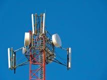 Komórki antena, nadajnik Telekomunikacyjny TV radia wiszącej ozdoby wierza przeciw niebieskiemu niebu fotografia royalty free
