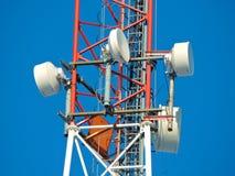 Komórki antena, nadajnik Telekomunikacyjny TV radia wiszącej ozdoby wierza przeciw niebieskiemu niebu fotografia stock