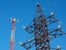 Komórki antena, nadajnik Telekomunikacyjny TV radia wiszącej ozdoby wierza przeciw niebieskiemu niebu obraz royalty free