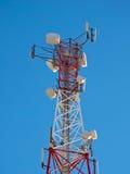Komórki antena, nadajnik Telekomunikacyjny TV radia wiszącej ozdoby wierza przeciw niebieskiemu niebu zdjęcia royalty free