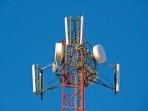 Komórki antena, nadajnik Telekomunikacyjny TV radia wiszącej ozdoby wierza przeciw niebieskiemu niebu zdjęcie stock