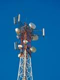 Komórki antena, nadajnik Telekomunikacyjny TV radia wiszącej ozdoby wierza przeciw niebieskiemu niebu obrazy royalty free