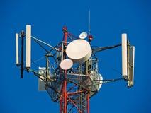 Komórki antena, nadajnik Telekomunikacyjny TV radia wiszącej ozdoby wierza przeciw niebieskiemu niebu obrazy stock