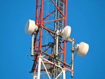 Komórki antena, nadajnik Telekomunikacyjny TV radia wiszącej ozdoby wierza przeciw niebieskiemu niebu obraz stock