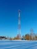 Komórki antena, nadajnik Telekomunikacyjny TV radia wiszącej ozdoby wierza przeciw niebieskiemu niebu zdjęcie royalty free