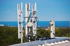 Komórki anteny instalować na dachu Zdjęcia Royalty Free