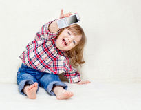 komórki piękny dziecko trzyma małego telefon Obraz Royalty Free