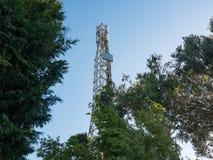 Komórki wierza, antena maszt w Porto/, Portugalia między drzewami z niebieskim niebem obraz stock