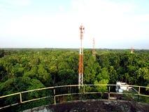 Komórkowy wierza w zielonego lasowego widok od zbiornika wodnego zdjęcie royalty free
