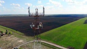 Komórkowy wierza z antenami pracuje outdoors zdjęcie wideo