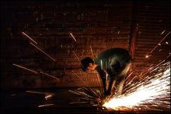 Kom över denna härliga sikt av en man på arbete på gatorna av Mumbai royaltyfria foton