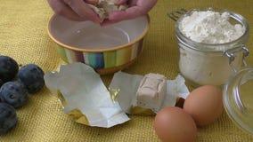 Kom bakkers` s gist op gele achtergrond Verse gist stock video