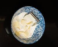 Kom bloem en boter om deeg te maken Stock Foto's