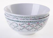 Kom, ceramische kom op witte achtergrond Stock Foto's