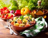Kom deegwarensalade met groenten Stock Afbeelding
