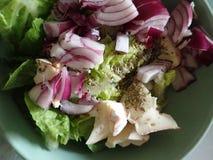 Kom een verse groentesalade stock foto's