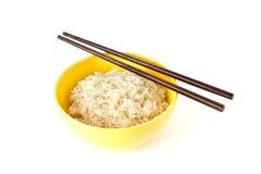 Kom gekookte rijst met eetstokjes Royalty-vrije Stock Foto's